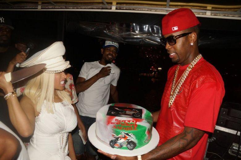 nicki minaj cuts the cake 4